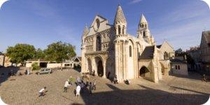 Visite virtuelle 360 Poitiers parvis Notre Dame par Showaround