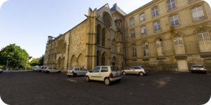 Visite virtuelle 360° flash haute définition face à la Salle des Gardes de l'Abbaye aux Hommes à Caen par Showaround